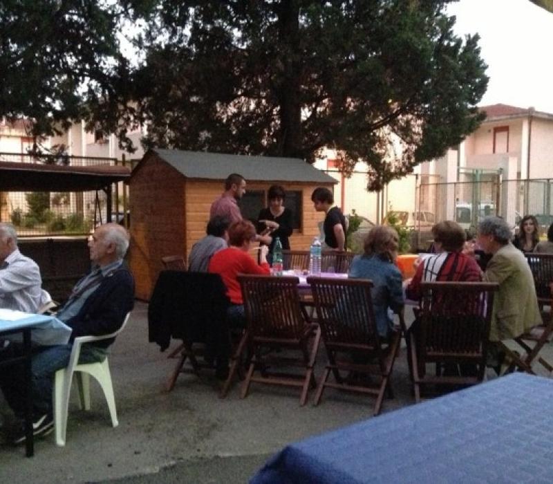 La cena a Giugno nel cortile della casa