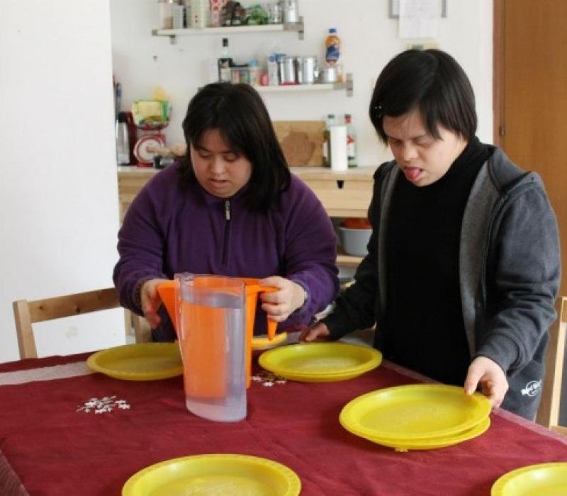 Giulia e Claudia apparecchiano la tavola