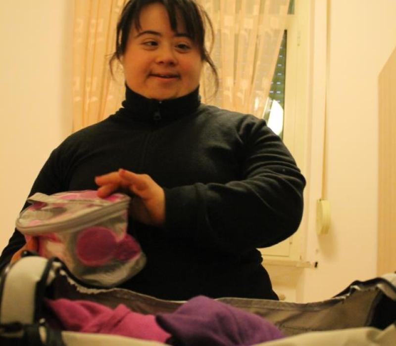 Claudia prepara la valigia alla fine del weekend