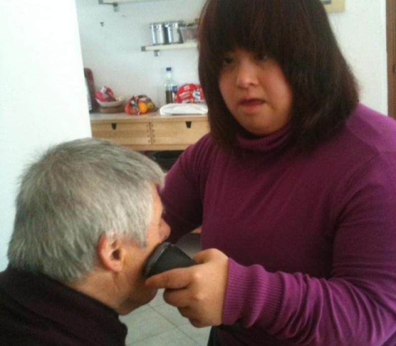 Claudia aiuta Sandro il nostro giovane settantenne a farsi la barba